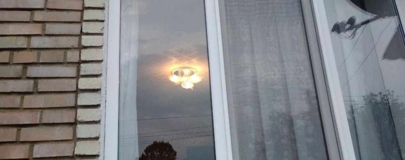 На Донеччині чоловік з вогнепальної зброї обстріляв будинок з людьми