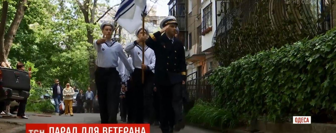 Лицеисты в Одессе устроили парад победы под многоэтажкой с ветераном на балконе