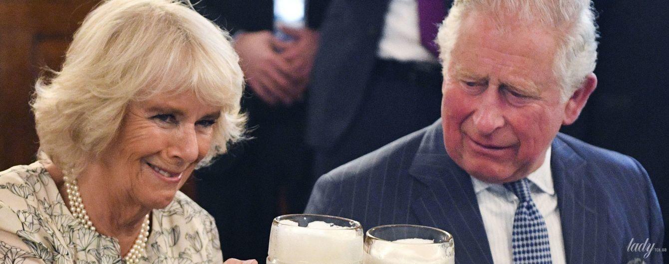 В цветочном платье и с бокалом пива: герцогиня Корнуольская и принц Чарльз в Мюнхене