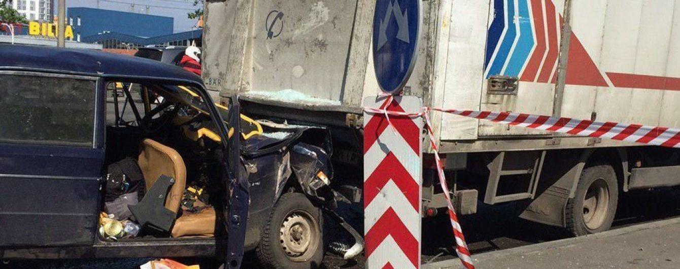 В Киеве легковушка с двумя военными на скорости влетела в припаркованный грузовик, есть погибшие