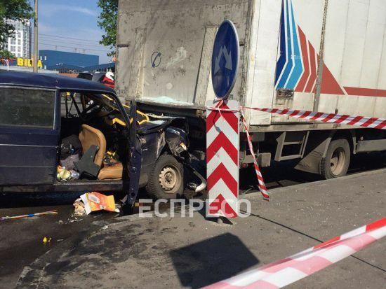 У Києві легковик із двома військовими на швидкості влетів у припарковану вантажівку, є загиблі