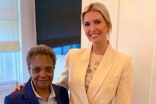 В белом костюме и топе с флористическим принтом: эффектная Иванка Трамп на деловой встрече