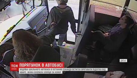 Схватила в последний миг: в Америке водитель автобуса спасла школьника