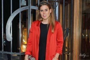 В пальто, как у сестры: красивая принцесса Беатрис сходила на банкет в Лондоне