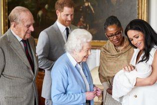 В голубом кардигане и с макияжем: королева Елизавета II надела простую одежду для семейной съемки с ребенком Сассекских