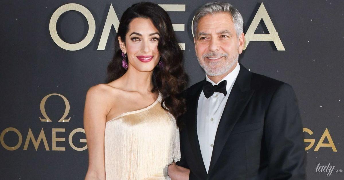 С мужем и в кремовом платье с бахромой: Амаль Клуни на вечеринке в Орландо