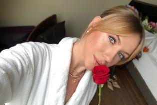 Леся Нікітюк у шовковій нічній сорочці похизувалася природньою красою