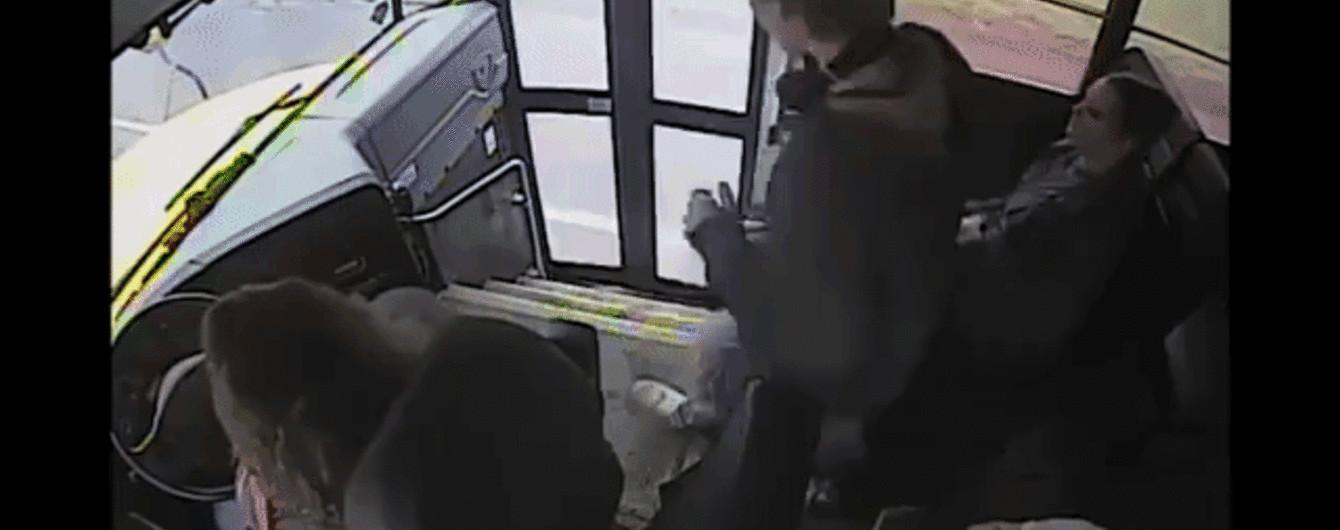 Неймовірно. У США водій автобуса хвацько врятувала школяра з-під коліс авто