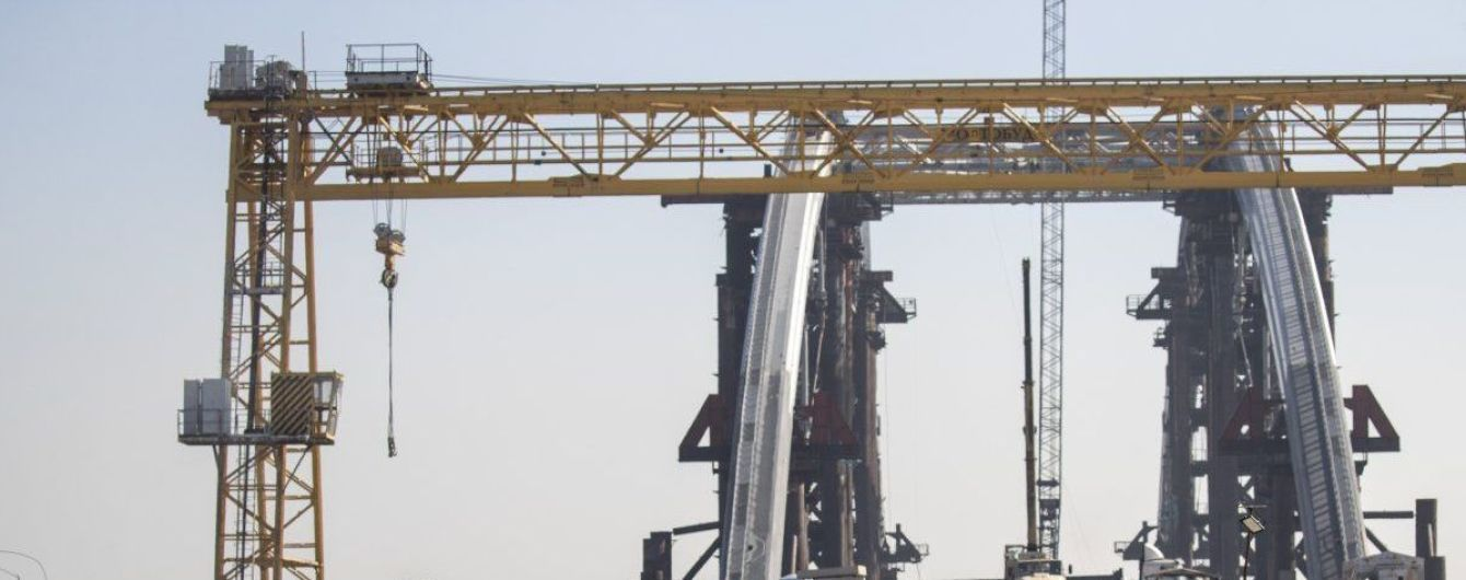 """Скандальне будівництво моста на Троєщину: активісти повідомили про падіння крана, у КМДА розповіли про """"демонтаж"""""""