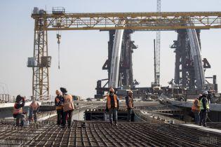 """Скандальное строительство моста на Троещину: активисты сообщили о падении крана, в КГГА рассказали про """"демонтаж"""""""