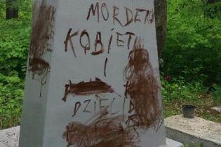 В Польше украинский памятник обрисовали матами в адрес УПА и Бандеры