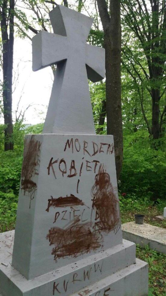У Польщі український пам'ятник обмалювали лайкою на адресу УПА та Бандери