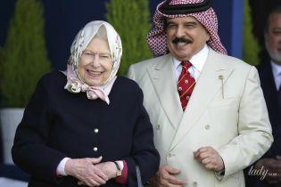 В платке и с ярким макияжем: королева Елизавета II встретилась с королем Бахрейна