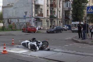 На столичном Подоле произошла жуткая авария: автомобиль не разминулся с мотоциклом