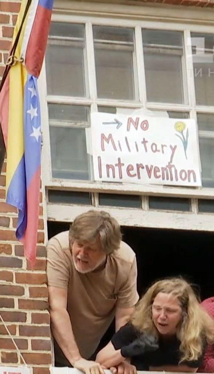 Американские левые активисты уже месяц контролируют посольство Венесуэлы в Вашингтоне