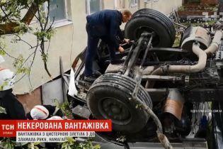 В центре города на Львовщине отказали тормоза у цистерны с водой