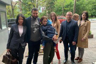Мальчика, которого похитил отец-иностранец, отпустили из посольства Дании к маме