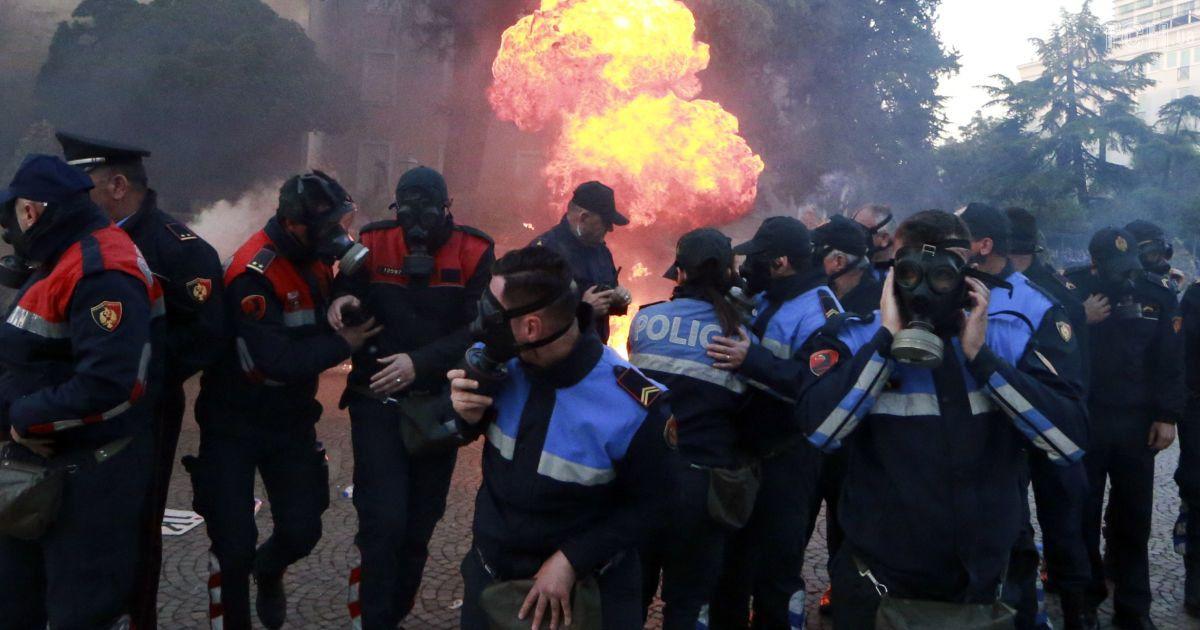 В Албании разгорелся антиправительственный протест: в здания ведомств летят коктейли Молотова