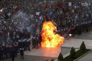 У Албанії розгорівся антиурядовий протест: у будівлі відомств летять коктейлі Молотова