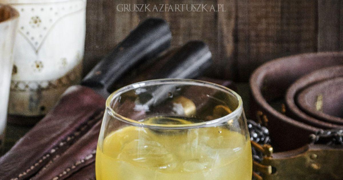 Дім Баратеонів – «Нам — лють». Інгредієнти: 50 мл води, 50 мл меду, 50 мл джину, 30 мл лимонного соку, 30 мл свіжого апельсинового соку, лід. Для оздоблення: апельсин, лимон.