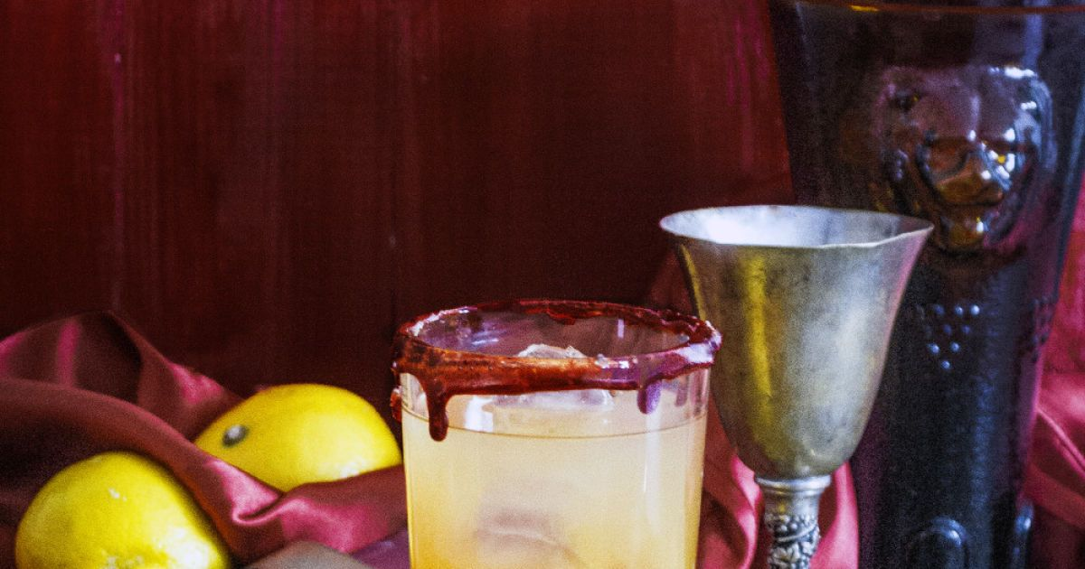Дім Ланністерів - «Почуй мій рев!». Інгредієнти: 20 мл гренадину, 100 мл соку манго, 70 мл білого рому, лід. Для оздоблення: 100 г цукру, 50 мл фінікового сиропу, 20 мл води.  Спосіб приготування. У маленьку каструлю налити води, додати сироп та цукор. Нагрівати на слабкому вогні, доки суміш не перетвориться на густу карамель (не змішувати її). Край склянки вставити у трохи охолоджену карамель. Додати у склянку кілька кубиків льоду. Налити гренадин, обережно чайними ложками додати сік манго, аби утворилися два шари. Нарешті додати ром.