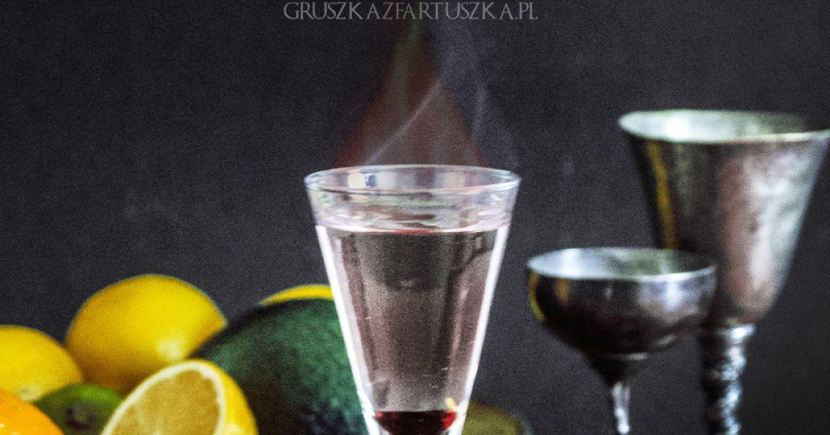 Дім Таргарієнів – «Вогонь і кров». Інгредієнти: крапля гренадіну, 50 мл світлого, міцного рому, трохи спирту. Спосіб приготування . Налити трохи спирту у келих, обережно покрутити, аби врити ним стінки. Залишки вилити. Налити краплю гренадину на дно. Долити ром. Підпалити, дмухнути та випити.
