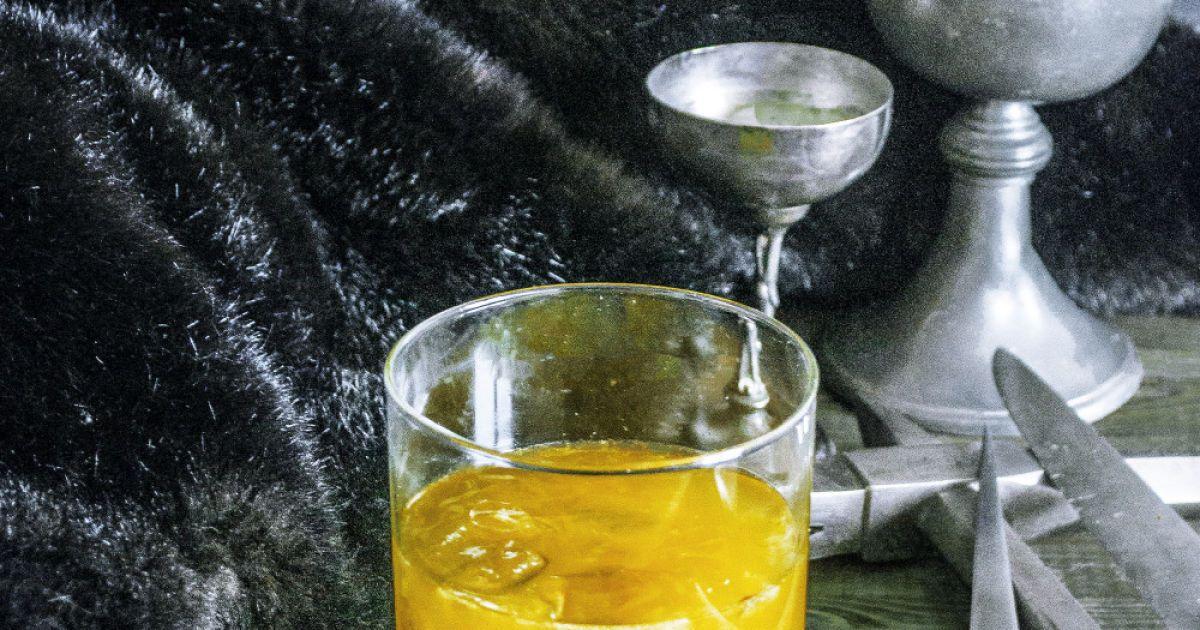 Дім Грейджоїв – «Ми не сіємо». Інгредієнти: 1/3 чайної ложки свіжого тертого імбиру, 3 скибочки апельсина, 15 мл лимонного соку, 30 мл лікеру «Куантро», 60 мл віскі. Спосіб приготування. Помістити імбир разом з апельсином у шейкер і ретельно подрібнити. Додати лимонний сік, «Куантро», віскі та перемішати. Влити у бокал для віскі через сито.