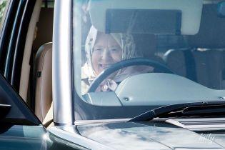 За рулем и счастлива: 93-летняя королева Елизавета II приехала на конные соревнования на Range Rover