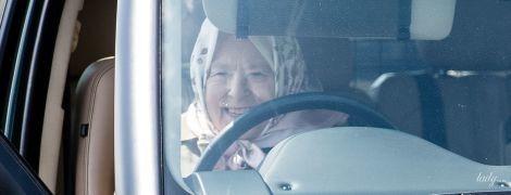 За кермом і щаслива: 93-річна королева Єлизавета II приїхала на кінні змагання на Range Rover