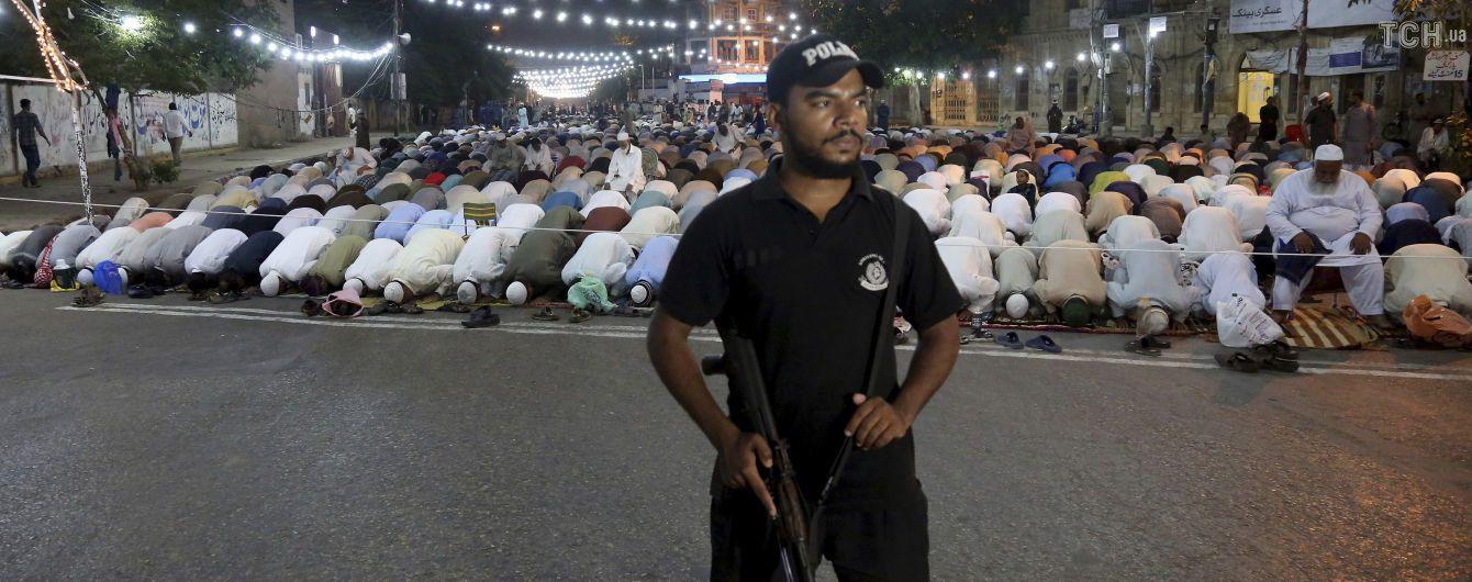 Во время атаки террористов на люксовый отель в Пакистане убили пятерых человек