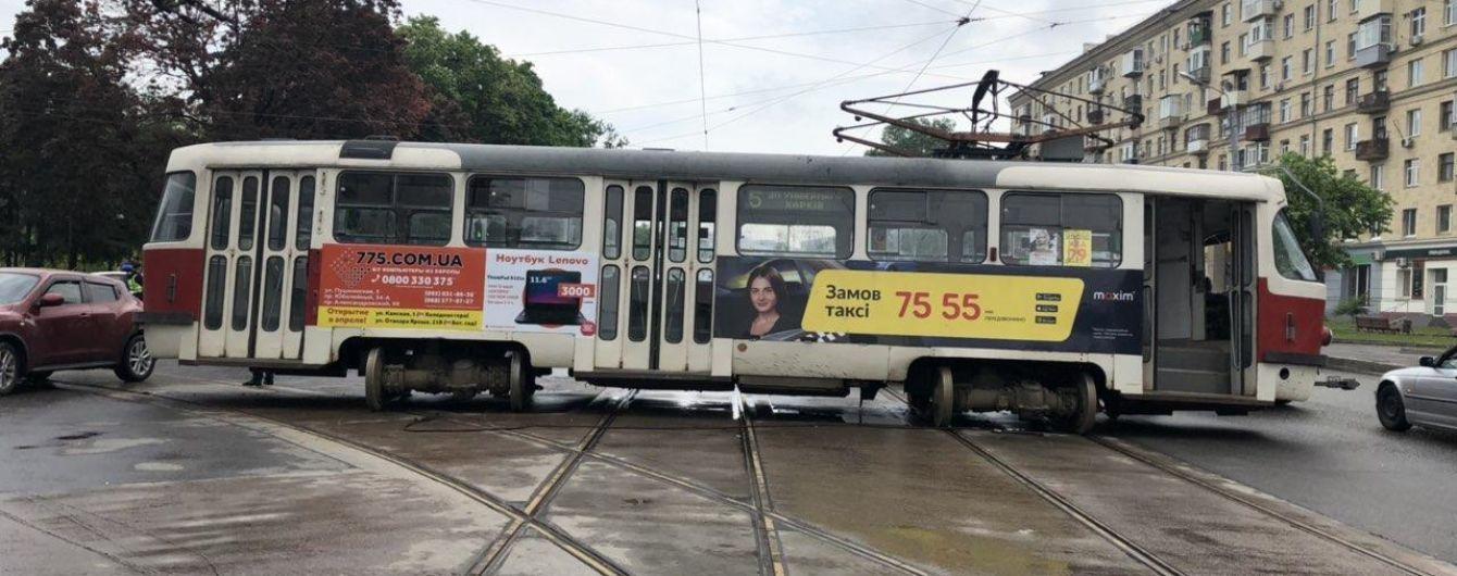 У Харкові трамвай зійшов з рейок та протаранив легковик з жінкою та малою дитиною в салоні