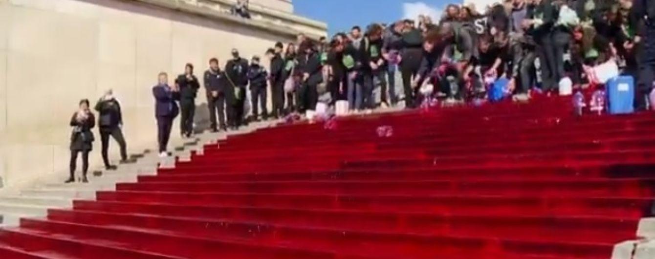 В Париже напротив Эйфелевой башни эко-активисты вылили 300 литров фейковой крови