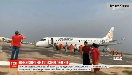В Мьянме пилот посадил самолет без передних шасси