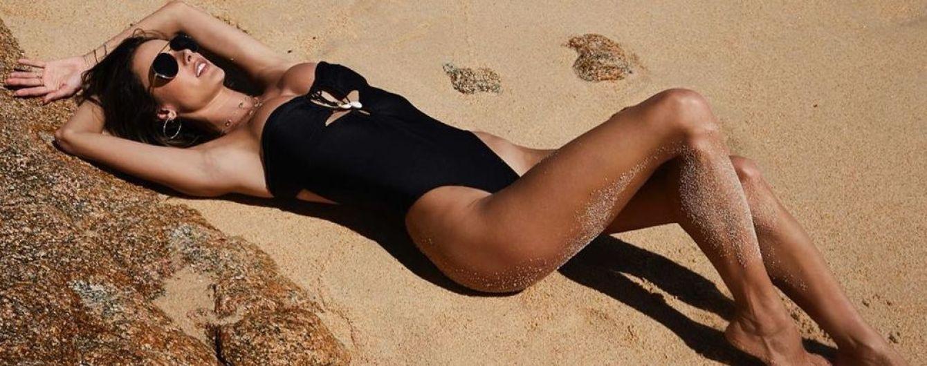 Нежится на пляже: Алессандра Амбросио сексуально позировала в купальнике
