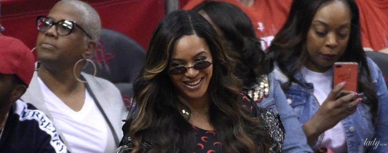 В комбинезоне и лаковом плаще: эффектная Бейонсе сходила на баскетбол