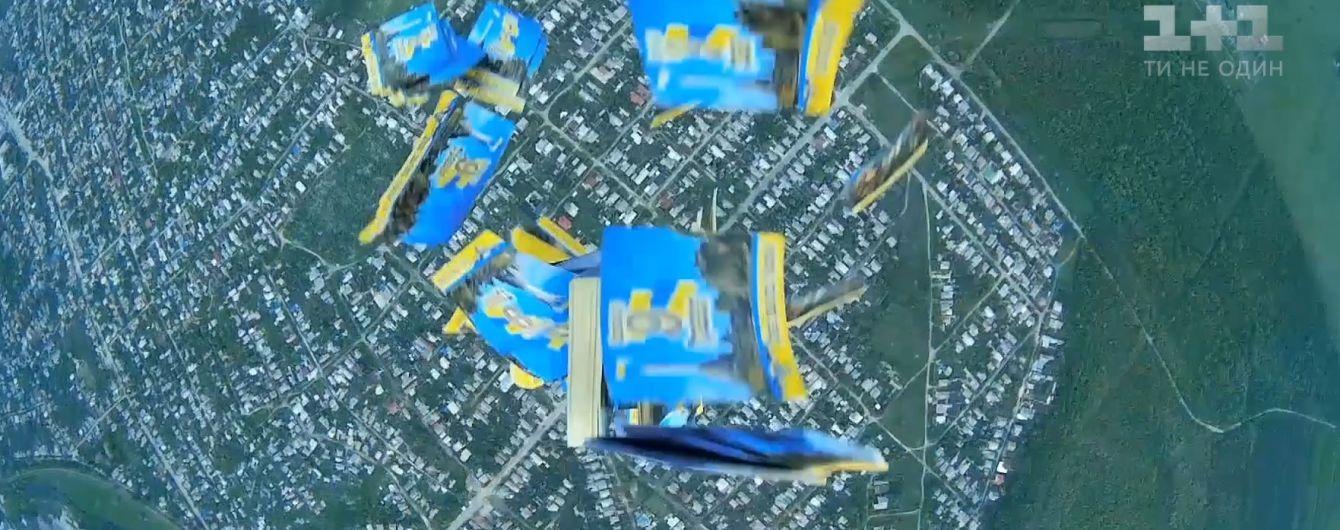 Украинские военные забросали оккупированный Луганск патриотическими открытками