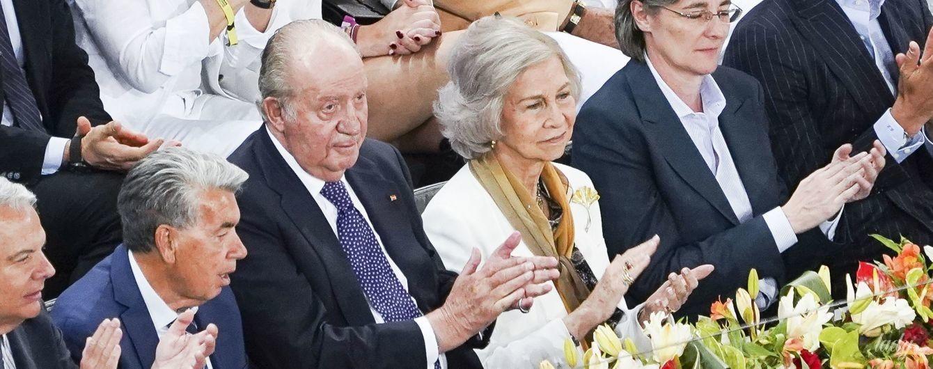 В белом пиджаке и с новой прической: королева София с мужем на теннисном турнире