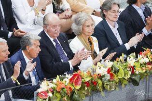 У білому піджаку і з новою зачіскою: королева Софія з чоловіком на тенісному турнірі