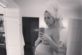 Беременная и обнаженная: Крисси Тейген показала откровенное фото