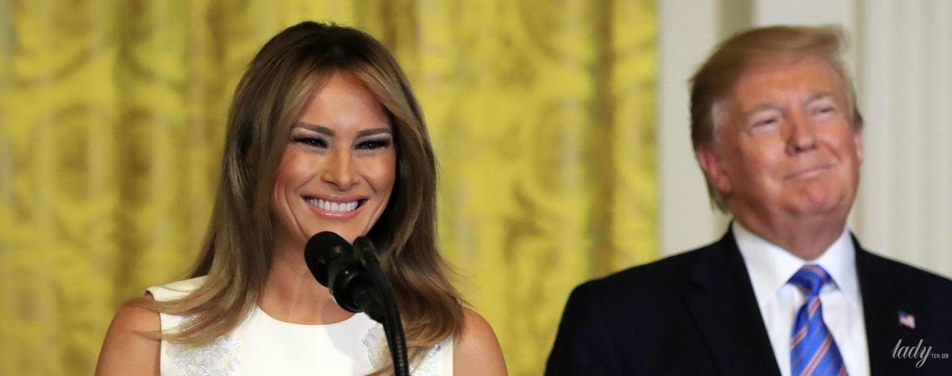 В белом платье с цветочной аппликацией: элегантная Мелания Трамп в Белом доме