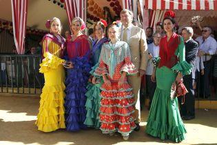 В яскравій сукні з рюшами: королева Максима з чоловіком і доньками на фестивалі у Севільї