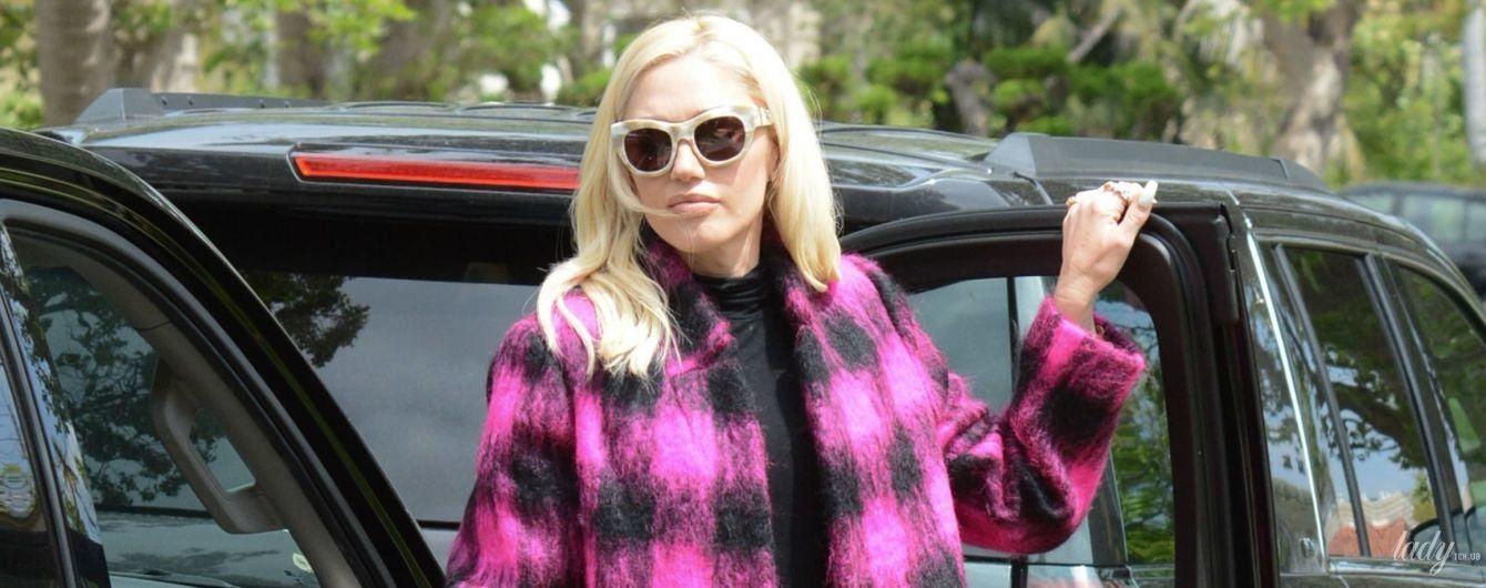 В яскравому пальті та на лубутенах: Гвен Стефані потрапила в об'єктиви папараці