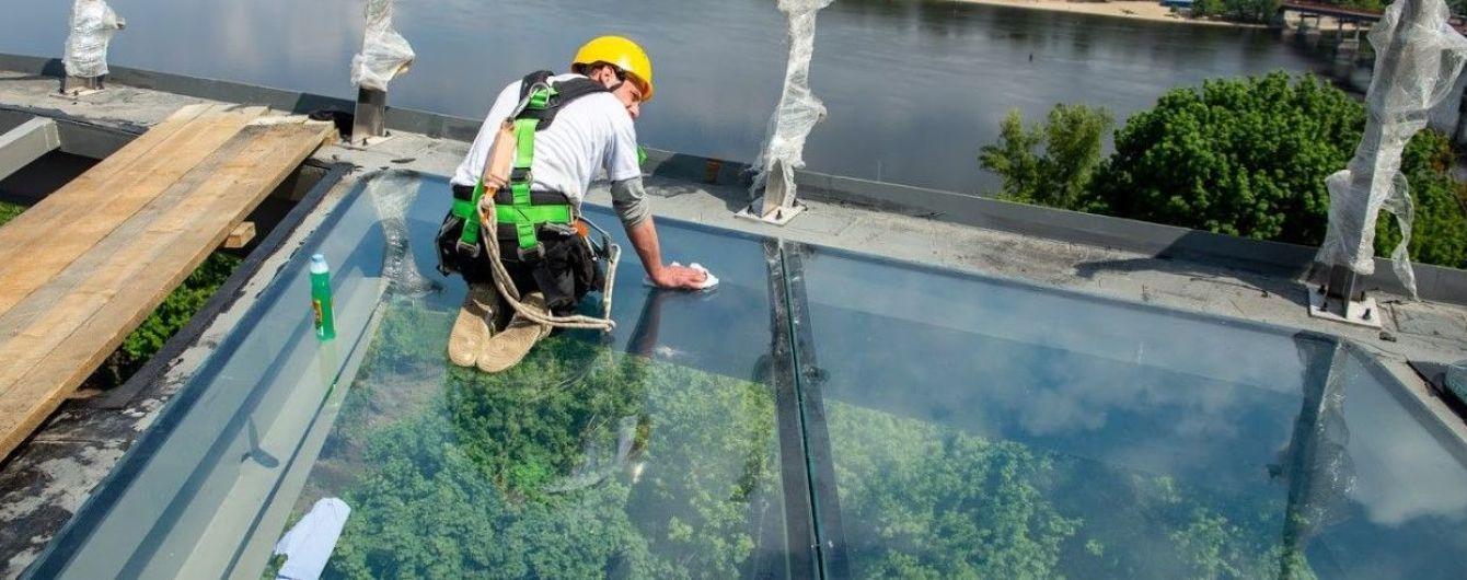 У Києві новий пішохідний міст обладнають скляною підлогою