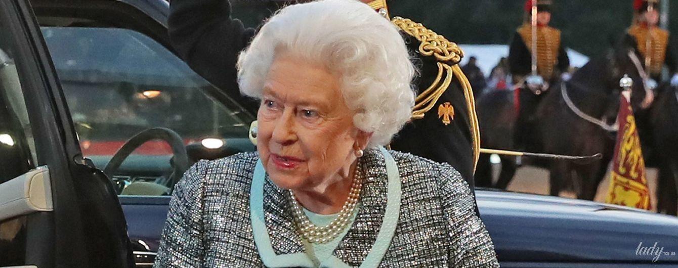 Какой нежный образ: королева Елизавета II приехала на скачки в красивом платье и блестящем жакете