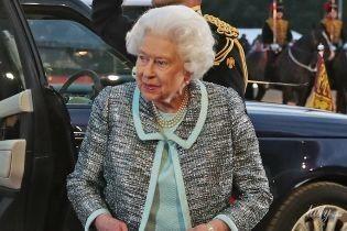 Який ніжний образ: королева Єлизавета II приїхала на скачки в красивій сукні та блискучому жакеті