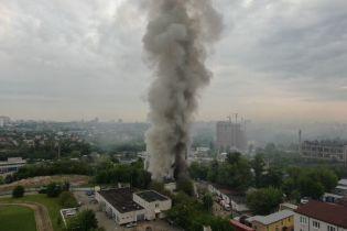 В Киеве масштабно горел мебельный цех с газовыми баллонами