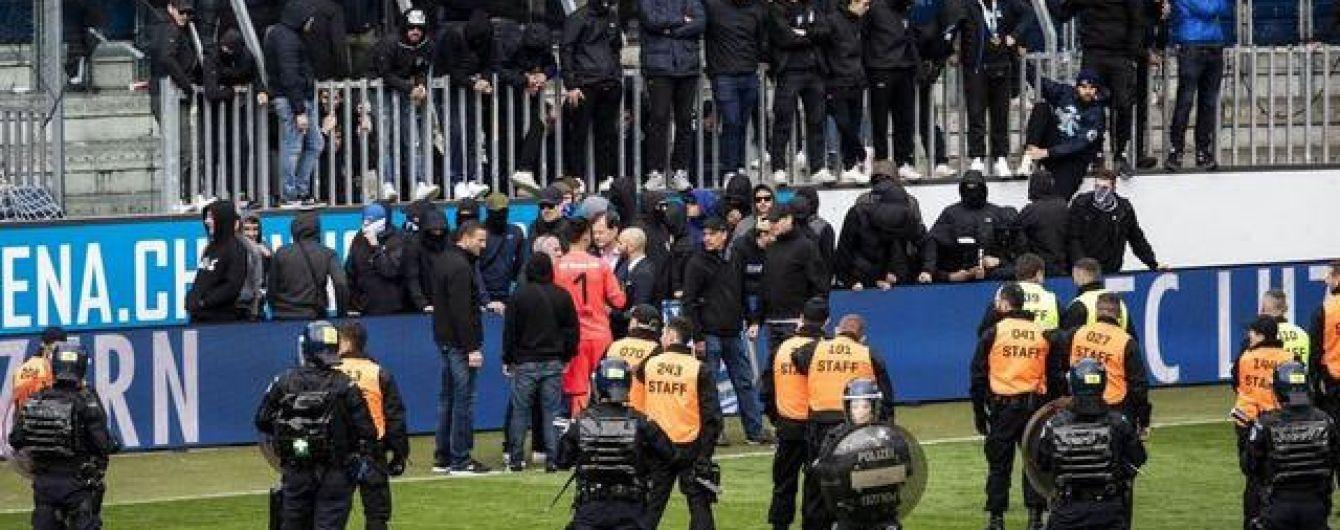 Фанати найтитулованішого клубу Швейцарії зірвали матч і відібрали у гравців футболки