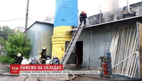 У Києві горів склад з балонами та паливом