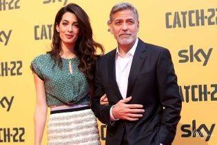 В топе и юбке со стразами: Амаль Клуни с мужем Джорджем на красной дорожке в Риме