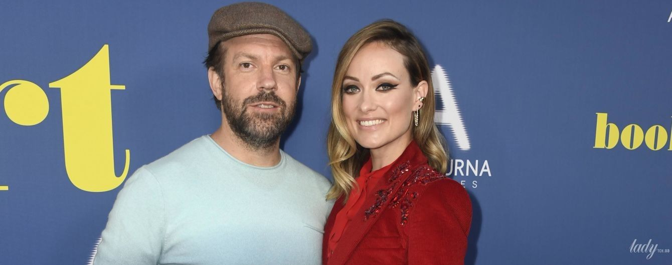 В красном вельветовом костюме: Оливия Уайлд с мужем на премьере фильма